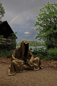 art-lower-austria-lake-contemporary-art-fine-arts-modern-sculpture-urban-statue-faceless-ghost-in-a-coat-guardians-of-time-manfred-kili-kielnhofer-7036y